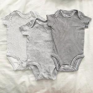 Set of 3 Carters bodysuits sz 0/3 mos